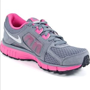 NIKE Dual Fusion ST2 Women's Sneakers in Pink/Gray